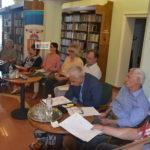 Kávéházi szerelem és antik gyertyatartók a könyvtárban